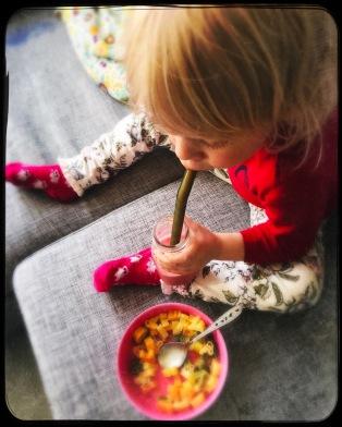 Alle barn elsker næringsfattig pasta. Pimper derfor med smør, eggeplomme, næringsgjær og serverer kanskje superjus ved siden av.